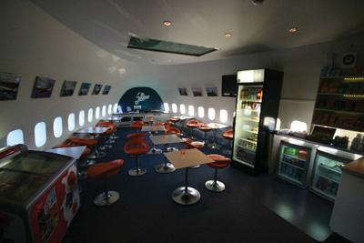这间位于在瑞典stockholm机场附近的飞机青年旅馆名为jumbo hostel
