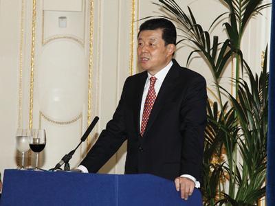 协会会长杨世成在年会上做英国中资企业协会2012年度